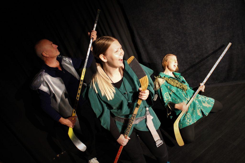 HC Macbeth -hahmot tuulettavat jääkiekkomailoilla.