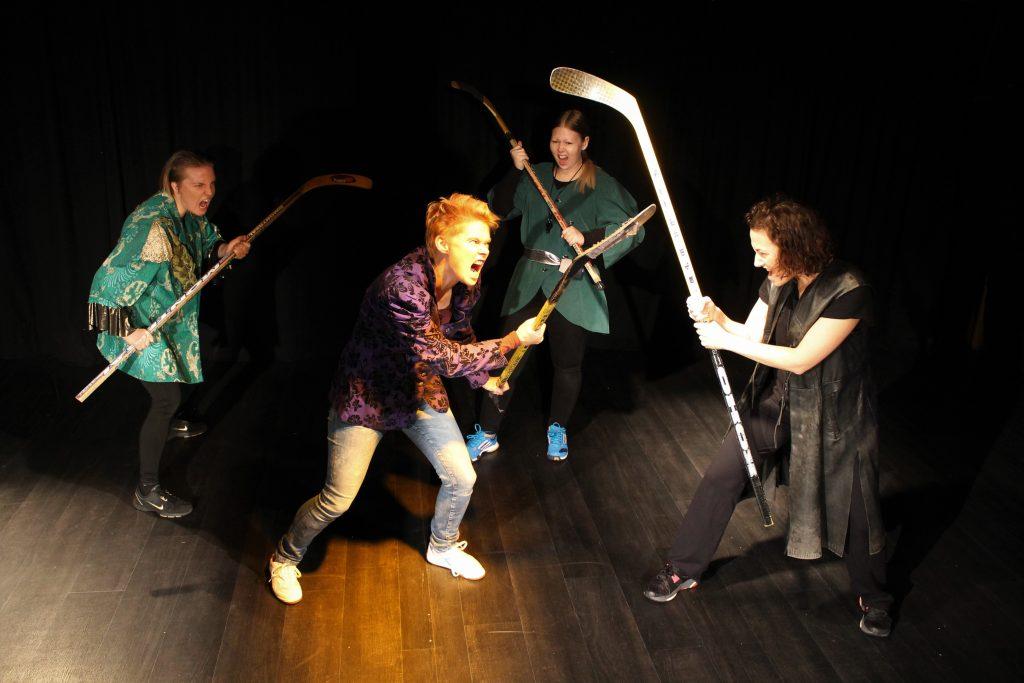 HC Macbeth -hahmot taistelevat jääkiekkomailoilla.