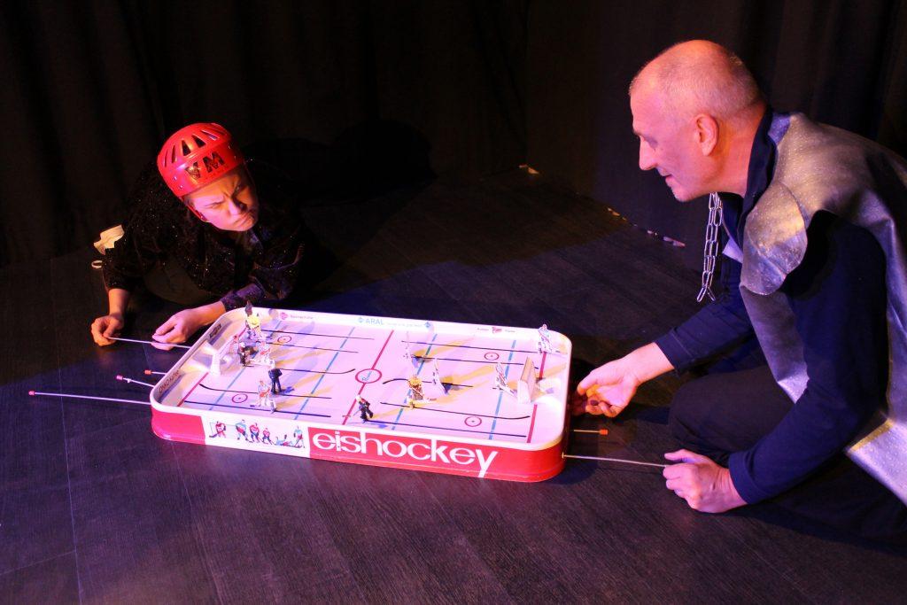 HC Macbeth -hahmot pelaavat pöytälätkää.